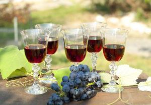Домашнее вино из винограда с перчаткой
