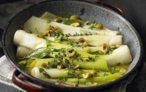 Лук-порей, маринованный с укропом, семенами и зеленью