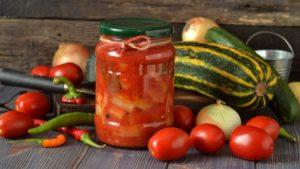 Острый перец с чесноком в томатном соке
