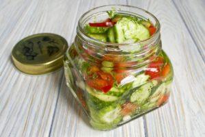 Салат из помидоров «Пальчики оближешь» с огурцами
